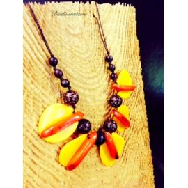 Collier pétale jaune et plume orange